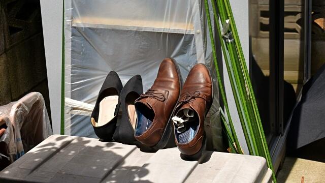 干される革靴