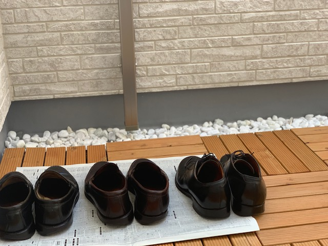 革靴を日陰で干す画像
